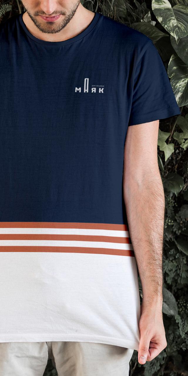 Маяк - дом на реке, пример использования айдентики на фирменной футболке
