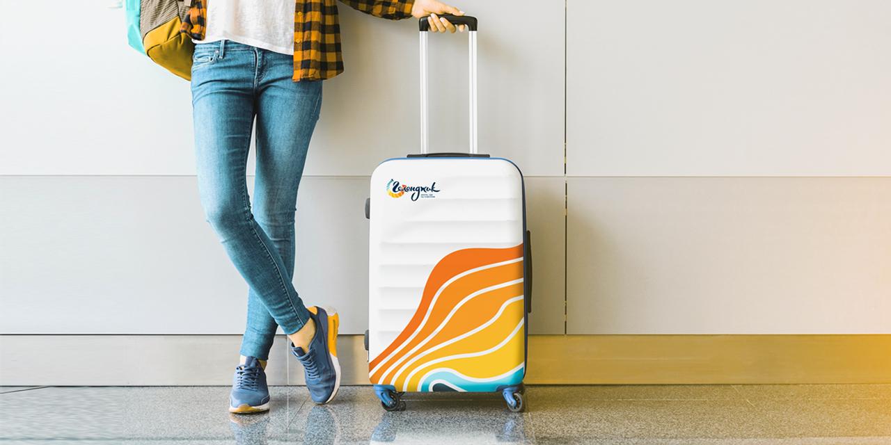 Туристический бренд города Геленджик, фирменная среда на примере брендированного чемодана